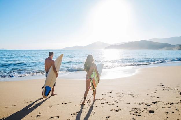 Casal de surfistas