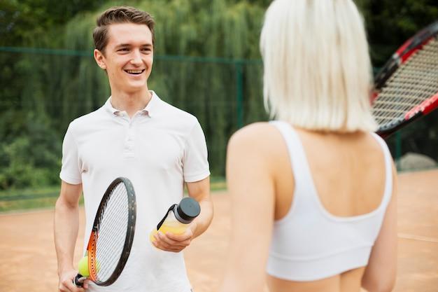 Casal de tênis apto se divertindo