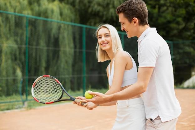 Casal de tênis ativo exercitando