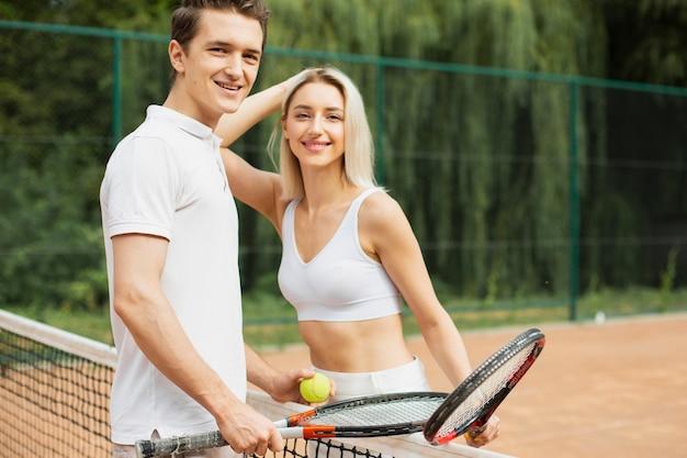 Casal de tênis pronto para jogar