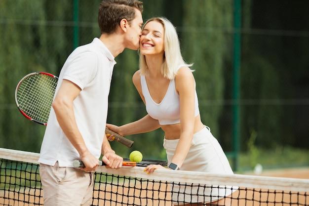 Casal de tênis se divertindo