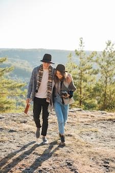 Casal de tiro completo andando na natureza