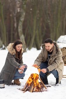 Casal de tiro completo fazendo fogo