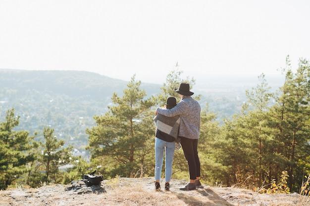 Casal de tiro completo juntos ao ar livre
