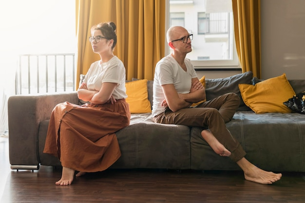 Casal de tiro completo no sofá