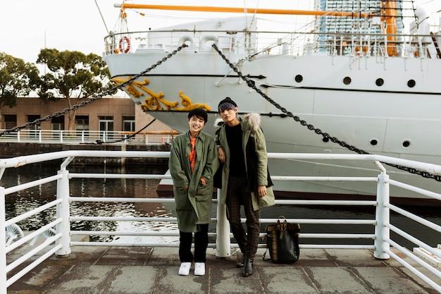 Casal de tiro completo posando com barco