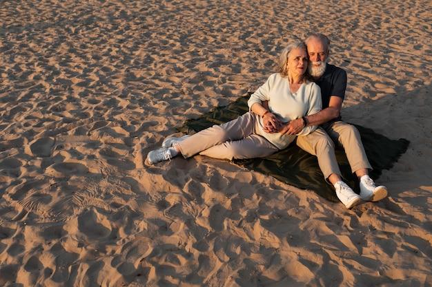 Casal de tiro completo sentado em um pano