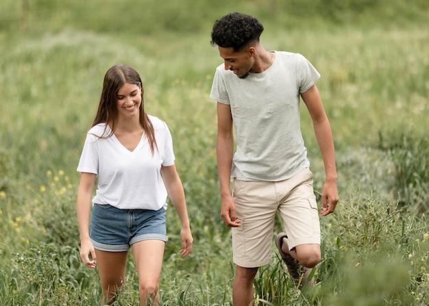 Casal de tiro médio caminhando juntos