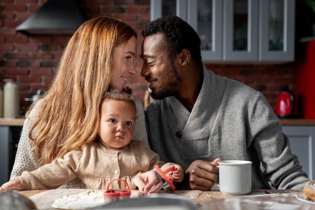Casal de tiro médio com bebê