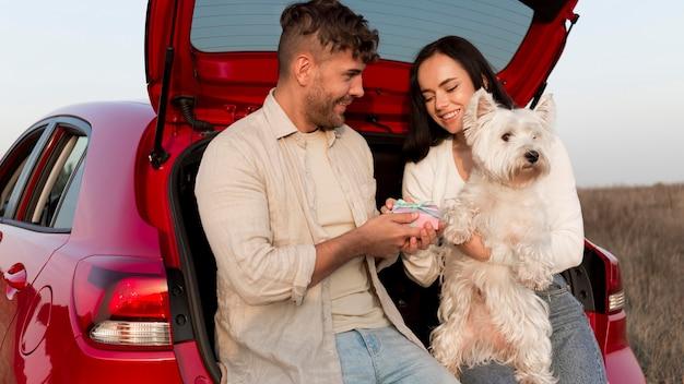 Casal de tiro médio com cachorro fofo