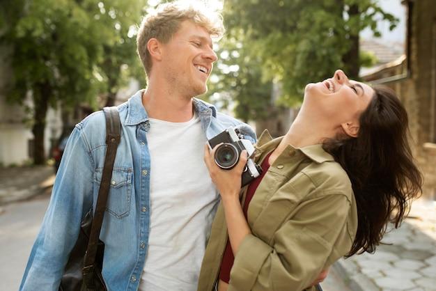 Casal de tiro médio com câmera
