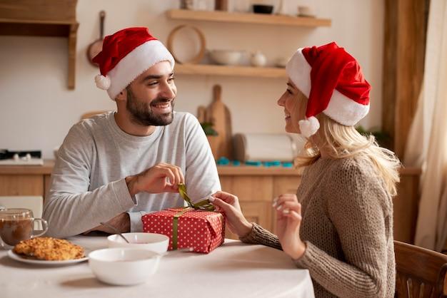 Casal de tiro médio com chapéus de natal