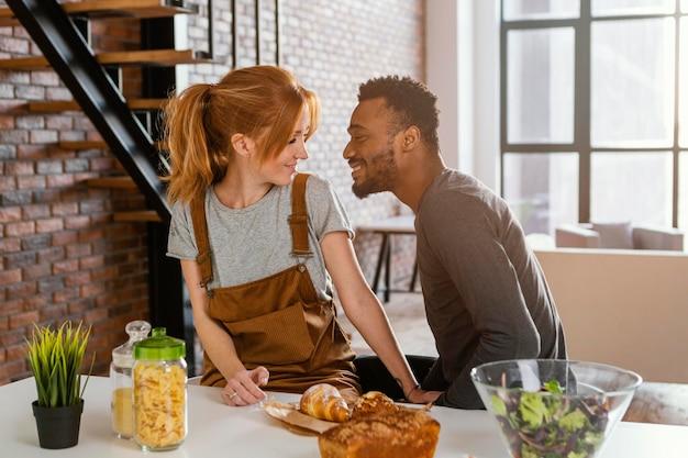 Casal de tiro médio com comida