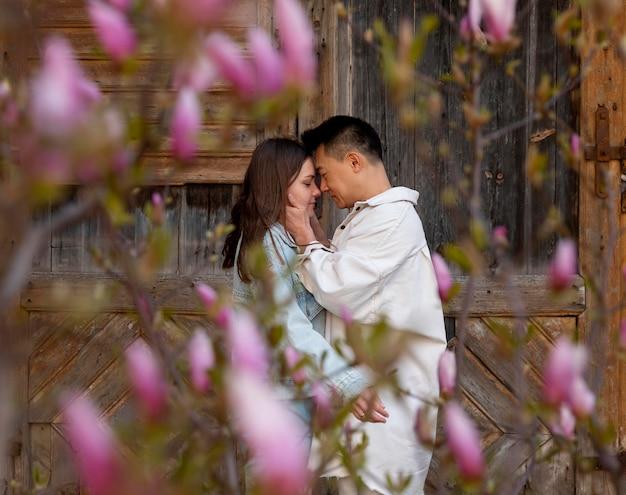 Casal de tiro médio com flores