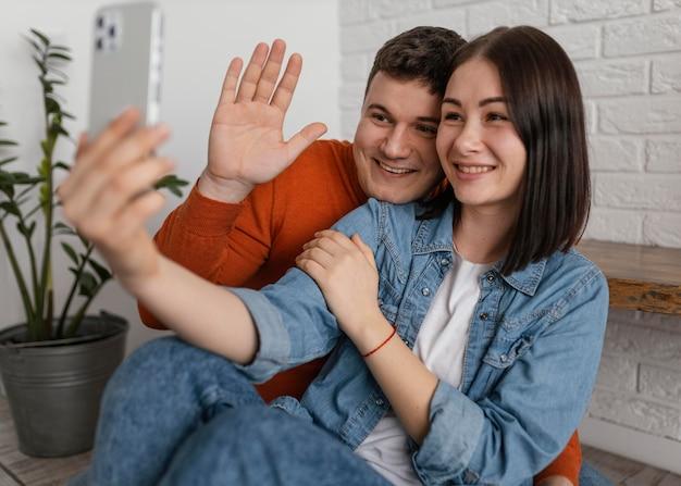 Casal de tiro médio com smartphone
