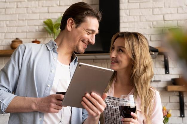 Casal de tiro médio com tablet