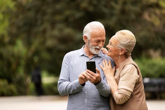 Casal de tiro médio com telefone