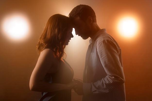 Casal de tiro médio dançando juntos