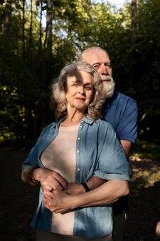 Casal de tiro médio de mãos dadas