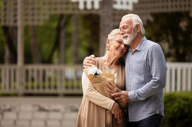 Casal de tiro médio em pé juntos Foto gratuita