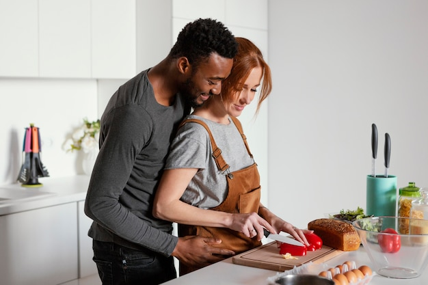 Casal de tiro médio na cozinha