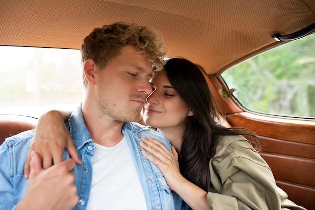 Casal de tiro médio no carro