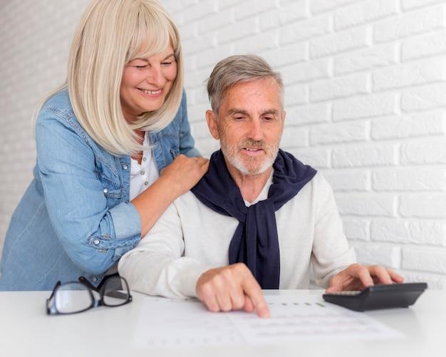 Casal de tiro médio olhando para o documento
