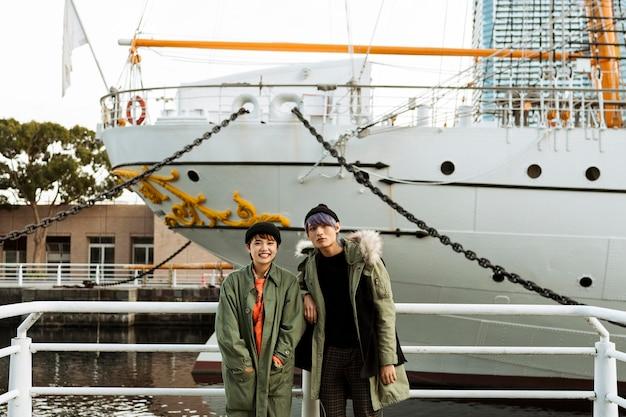 Casal de tiro médio posando com barco