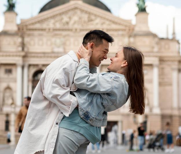 Casal de tiro médio pronto para se beijar