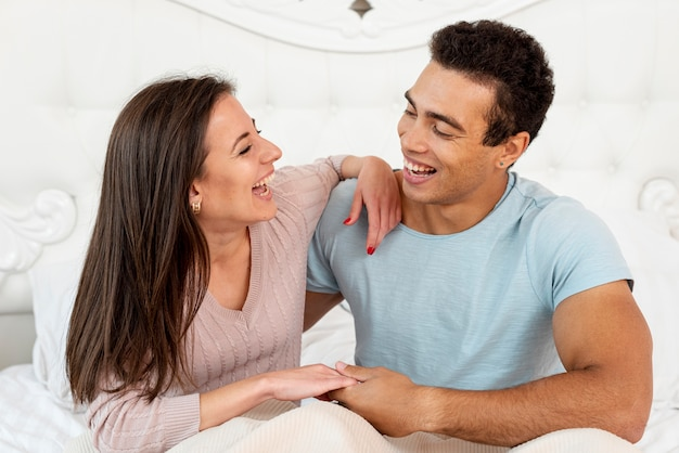 Casal de tiro médio rindo juntos