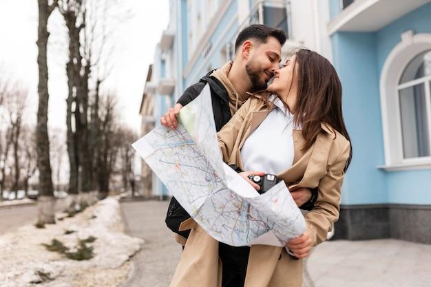 Casal de tiro médio sendo romântico