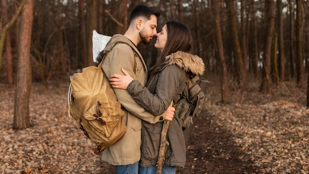 Casal de tiro médio viajando juntos