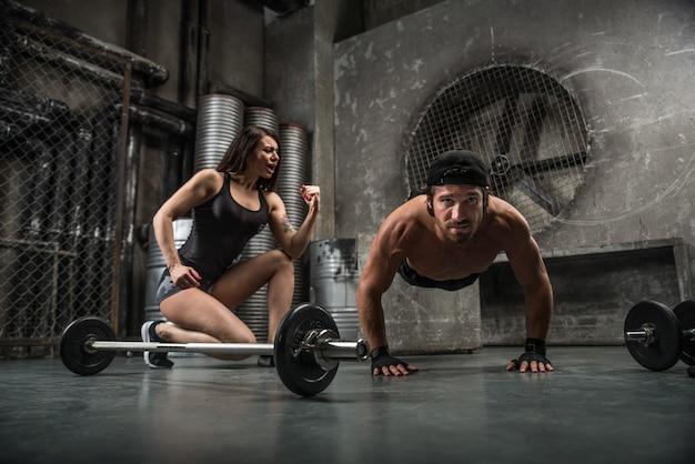 Casal de treinamento em uma academia