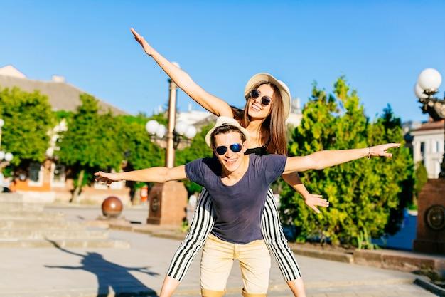 Casal de turismo e se divertindo
