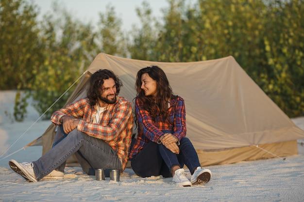 Casal de turista acampar perto da barraca ao ar livre na natureza