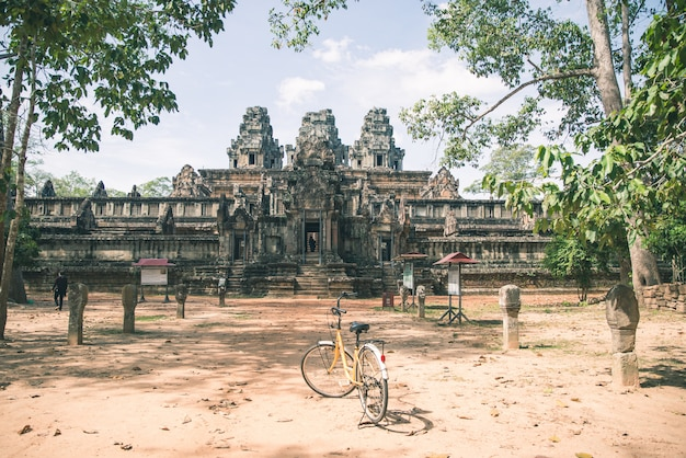 Casal de turista, andar de bicicleta ao redor do templo de angkor