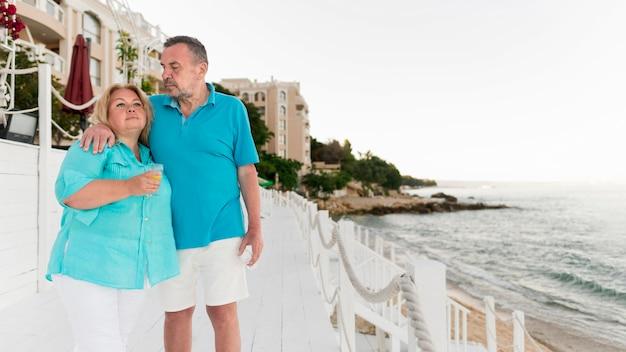 Casal de turista sênior junto na praia