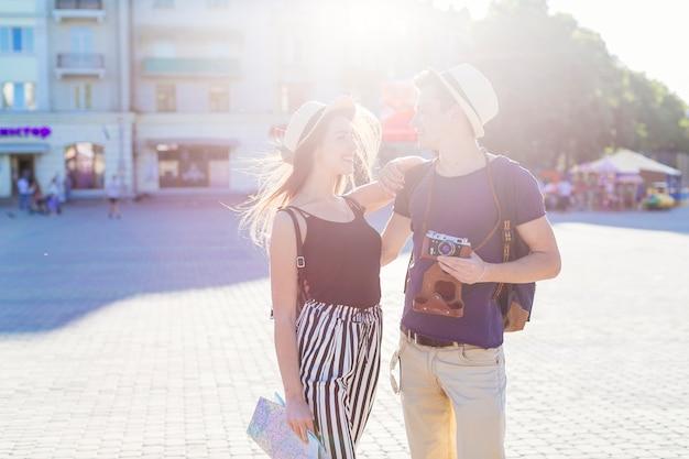 Casal de turista, visitar a cidade com efeito de sol