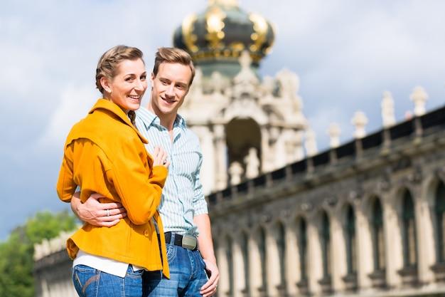 Casal de turistas em dresden no castelo de zwinger