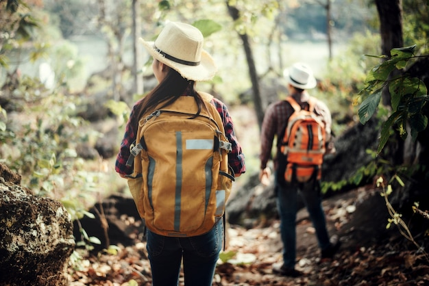 Casal de turistas na floresta na montanha
