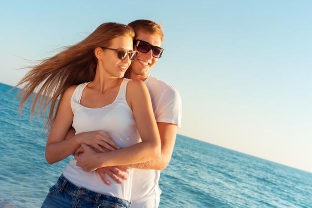 Casal de verão na praia