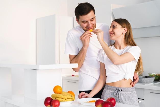 Casal degustação de frutas