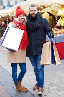 Casal depois das compras