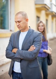 Casal depois de discussão na rua