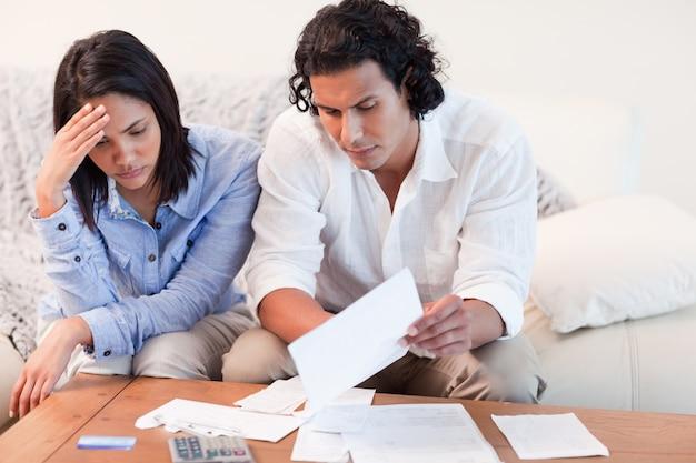 Casal deprimido sobre problemas financeiros