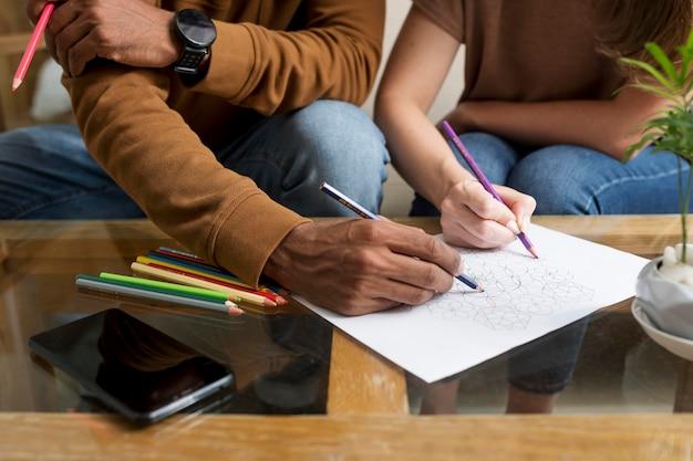 Casal desenhando juntos durante a desintoxicação digital