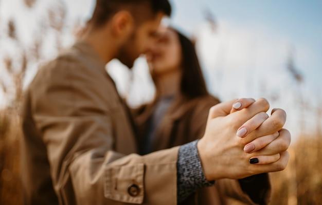 Casal desfocado de mãos dadas