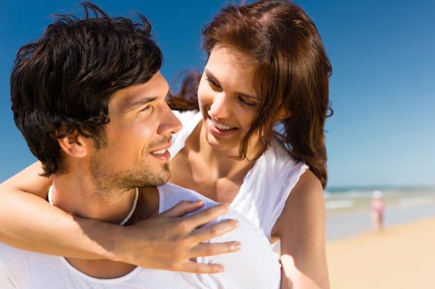 Casal desfrutando de liberdade na praia