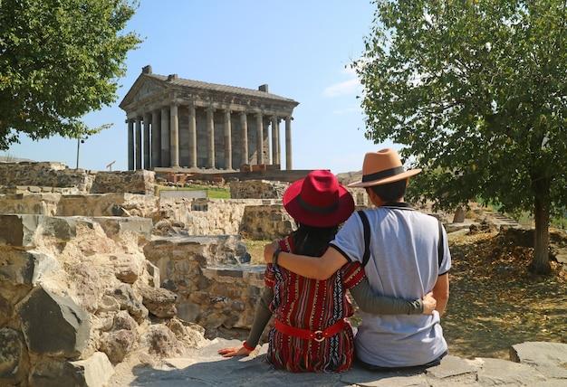 Casal desfrutando de uma vista impressionante do antigo templo pagão de garni na província de kotayk, armênia