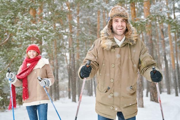 Casal desfrutando de viagem de esqui
